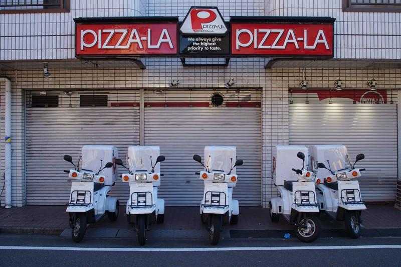 Небольшая пиццерия с парком доставщиков