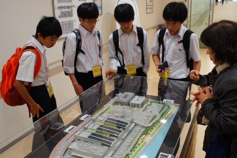 Японские школьники во время визита на рынок Тоёсу