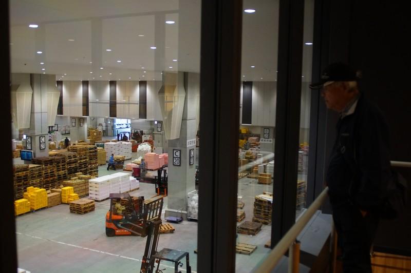 Места для посетителей оптовой части рынка Тоёсу