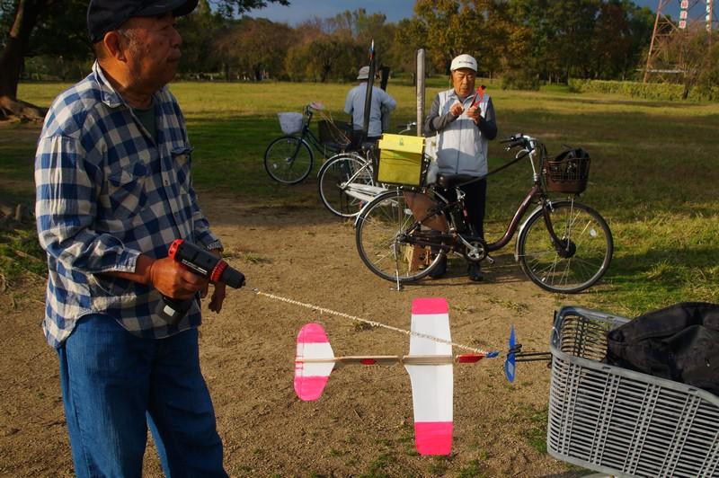 Дед Такеши подготавливает планер к полету.