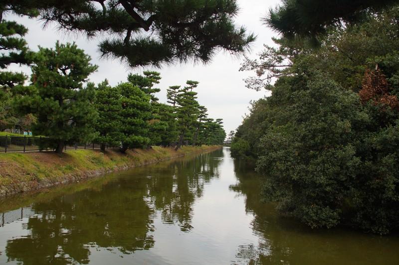 Водный канал создающий контур гробницы императора