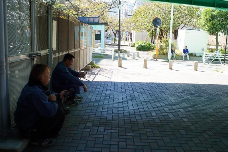 Японские рабочие отдыхают под мостом