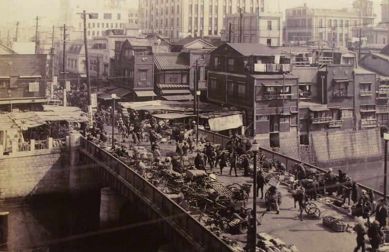 Вид на первый продовольственный рынок до землетрясения