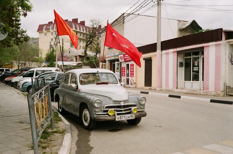 Ретро автомобиль с флагами в канун 9 мая. Судак.