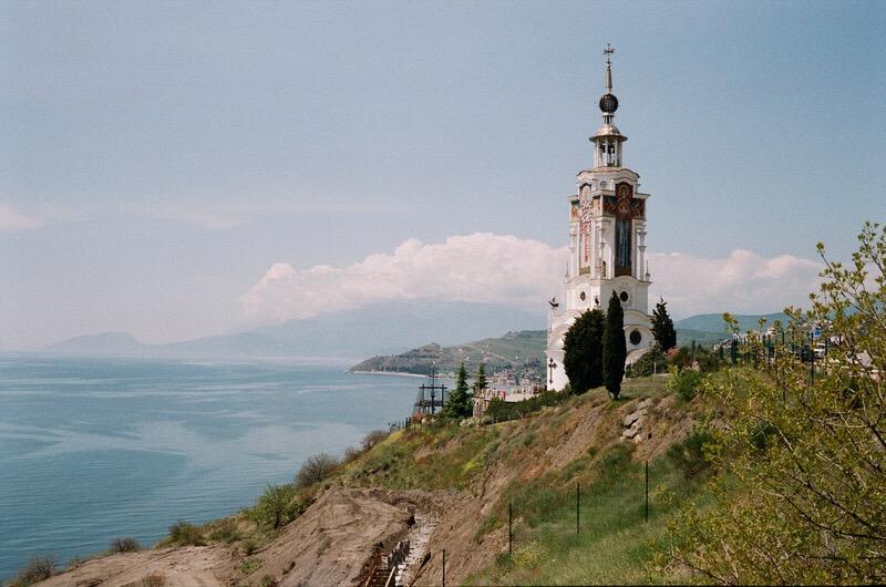 Вид на церковь рядом с музеем катастроф на воде. Алушта.