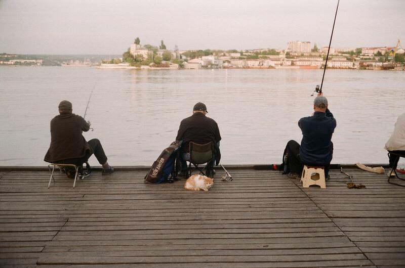 Рыбаки морского вокзала города Севастополя