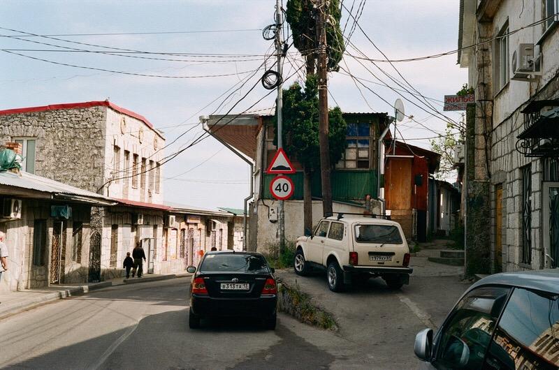Вид на улочку одного из небольших прибрежных городков Крыма