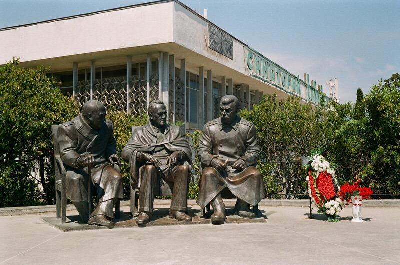 Памятник Сталину, Рузвельту и Черчиллю (Ялта)