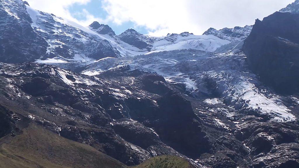 Вид на ледник с высоты 2400 метров.