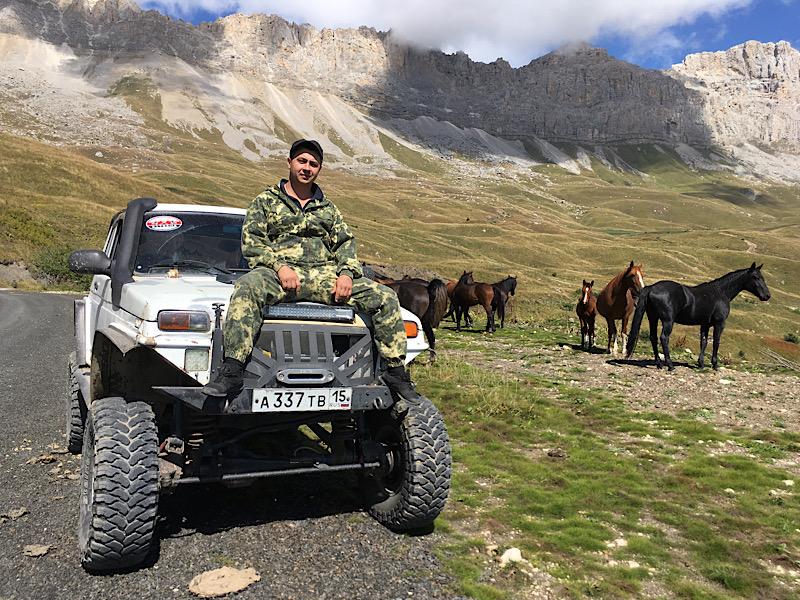 Портрет Димы с НИУАЗом на фоне гор и лошадей