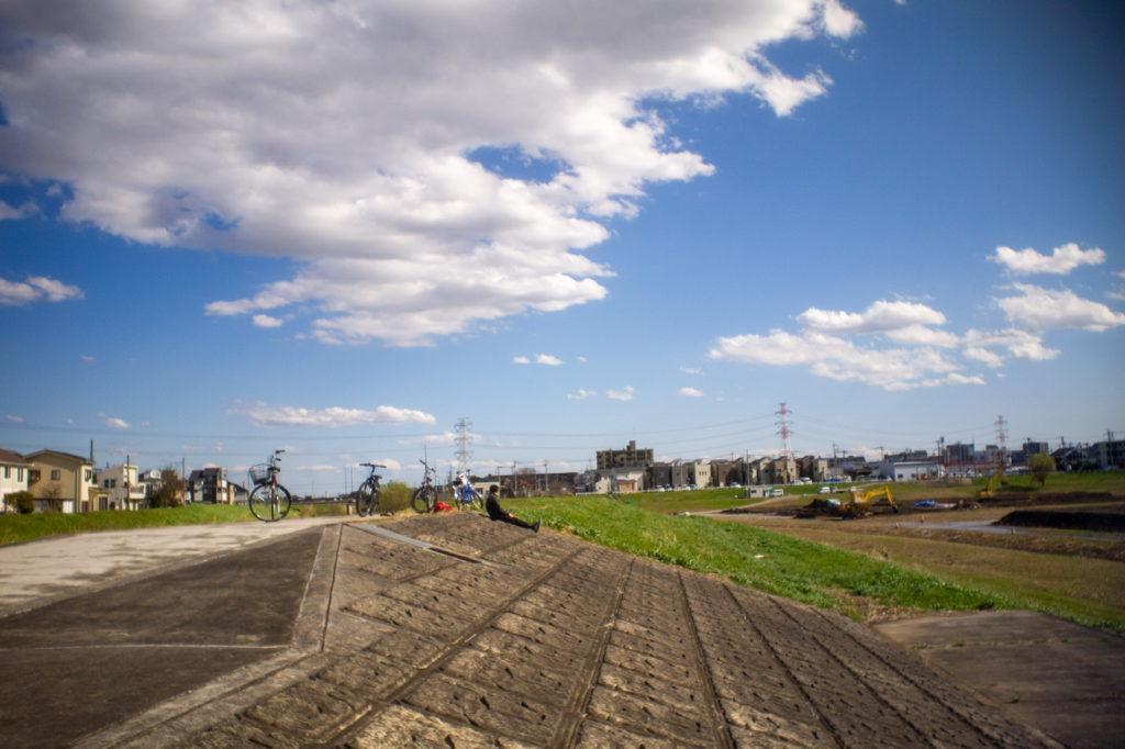 Мальчик отдыхает у плотины. Пригород Токио, 2020